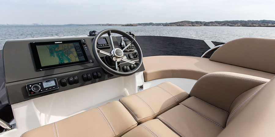 Nimbus 405 Flybridge Cockpit